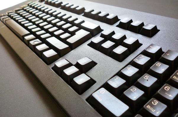 Schwarze mechanische Tastatur in schräg-seitlicher Ansicht