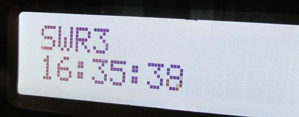 Uhrzeitanzeige auf DAB-Radio-Display