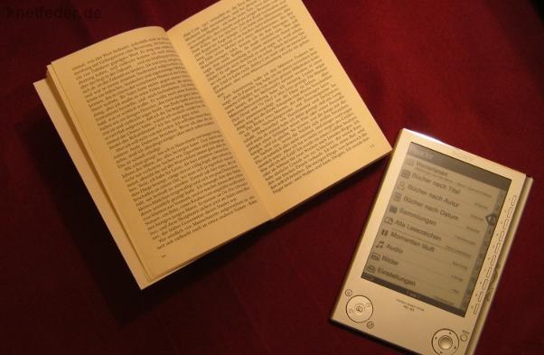 E-Book neben herkömmlichem Buch