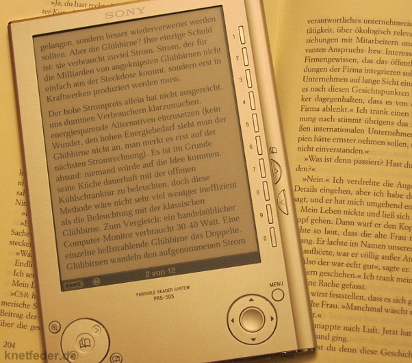 E-Book-Seite und Papierseite direkt nebeneinander