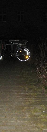 Reflektierendes Fahrrad in der Ferne