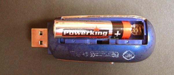MP3-Player mit geöffnetem Batteriefach, AAA-Batterie ragt heraus