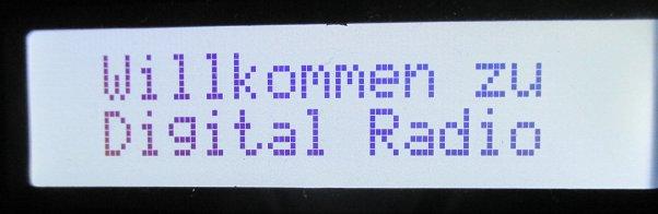 Schriftzug auf Radiodisplay: Willkommen zu Digital Radio